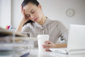 девушка пьёт кофе от мигрени