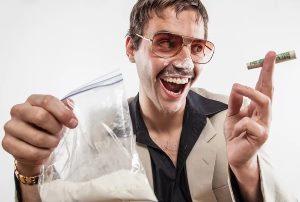 у мужчины из 70-х в руках пакет с кокаином