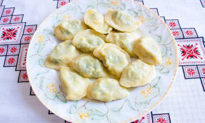 Для приготовления вареников из кабачков следует очистить половину овоща среднего размера, нарезать его брусочками