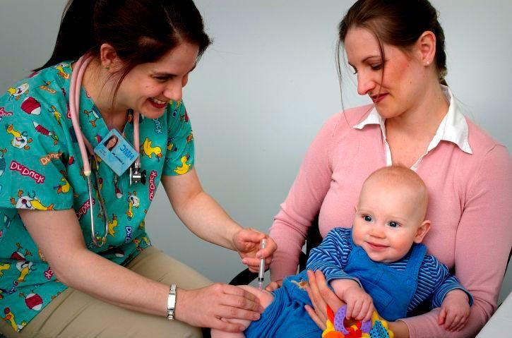 Врач делает ребенку прививку