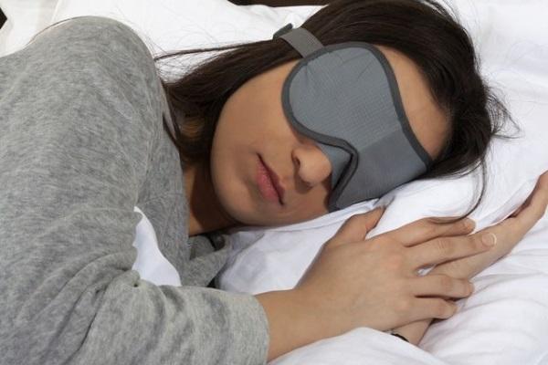 Маска для сна прерывает поток световых импульсов, поступающих на сетчатку