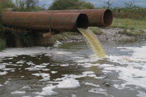 отходы производства сливаются в реку