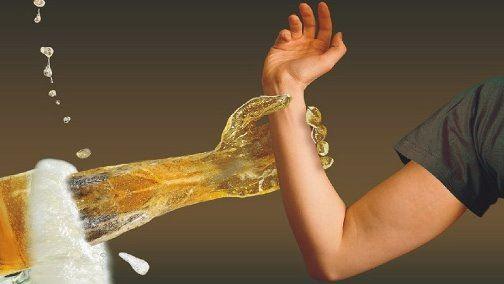 символическая рука из пивного бокала удерживает человека