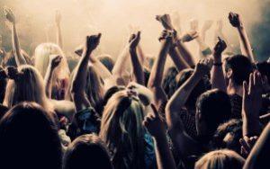 люди танцуют в клубе