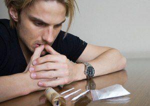 мужчина думает принимать ли ему кокаин