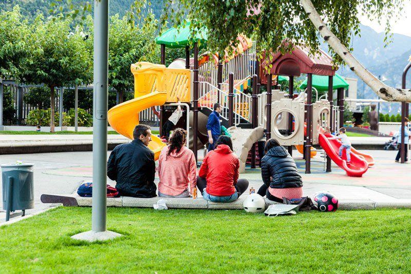 Родители с детьми на детской площадке