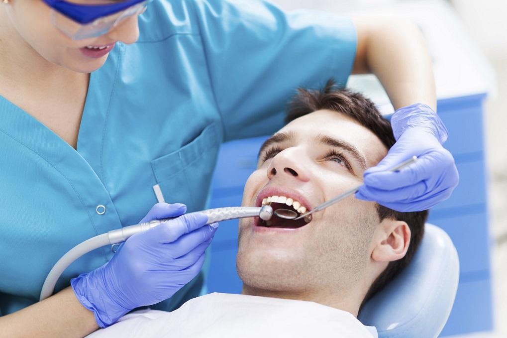 Глубокая чистка зубов или удаление зубного камня. В чем опасность твердых отложений на зубах