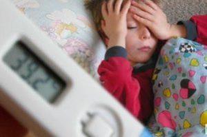 больной ребёнок на фоне градусника, показывающего высокую температуру