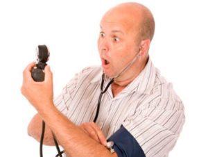 мужчина удивлён высокому артериальному давлению