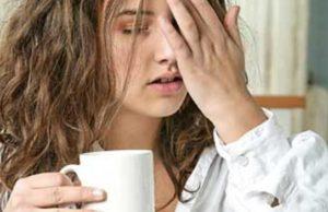 усталая женщина пьёт кофе