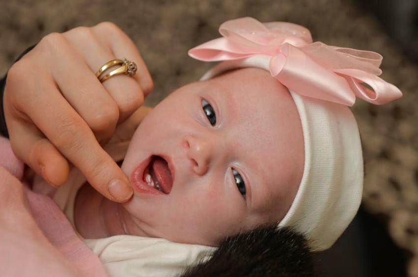 Отвечаем на вопрос: почему ребенок родился с зубами