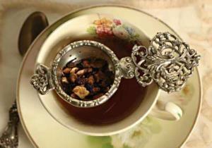 процеживают чай через ситечко