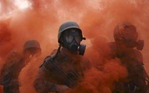 солдаты в противогазах, окутанные химическим дымом
