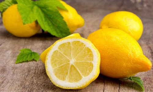 Многие люди, у которых имеются проблемы с поджелудочной железой, боятся употреблять лимон при панкреатите и правильно делают