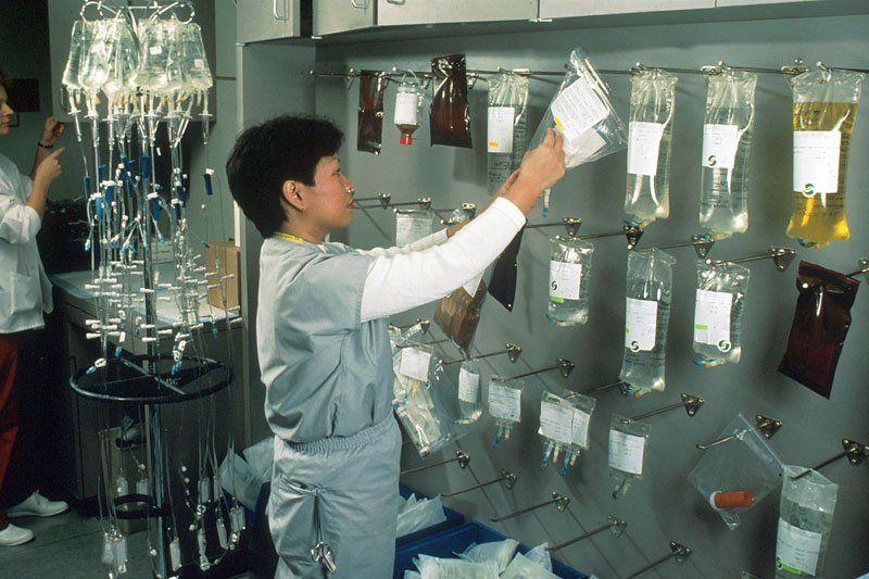 Медсестра проверяет медикаменты для химиотерапии