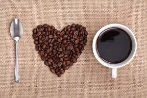 зёрна кофе, выложенные в форме сердца