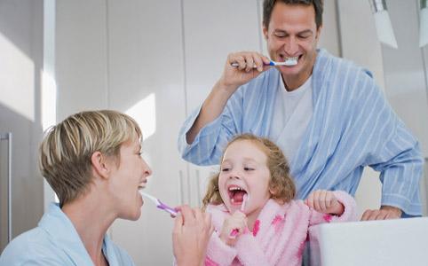 Узнаём, как научить ребенка чистить зубы