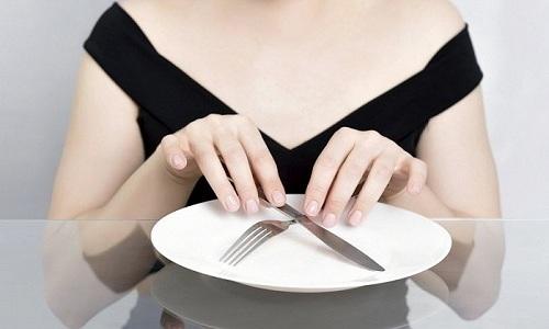 При острой форме панкреатита в первые сутки нужно полностью отказаться от приема пищи, поэтому употребление сливочного масла запрещено