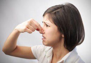 девушка закрыла нос из-за резкого запаха