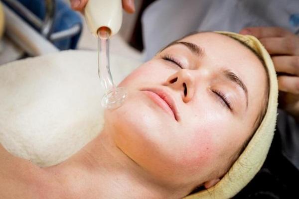 Дарсонвализацию проводят для лечения многих заболеваний и состояний кожи