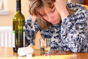 женщина и бутылка с алкоголем