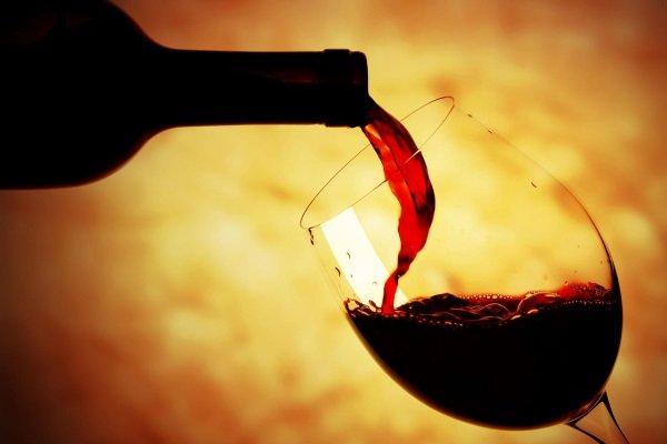 Вино содержит много витаминов и микроэлементов