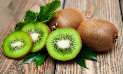 Прежде чем употреблять киви при панкреатите, необходимо рассмотреть положительные и отрицательные свойства тропического фрукта