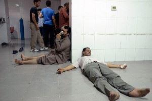 люди лежат на полу после террористической атаки химическим оружием
