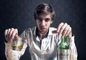 пьяный мужчина распивает алкоголь