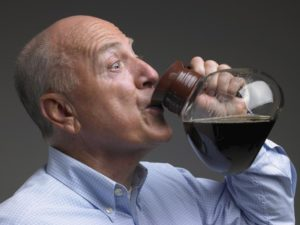 мужчина пьёт с кофейника