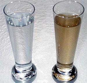 в одном стакане чистая вода, а в другом с примесями железа