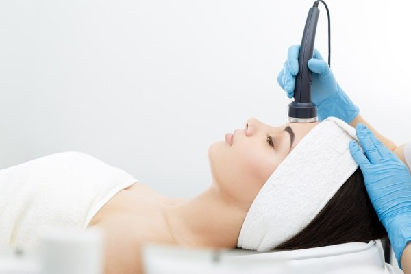 Процедура ультрафонофореза лица