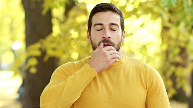 человек чихает