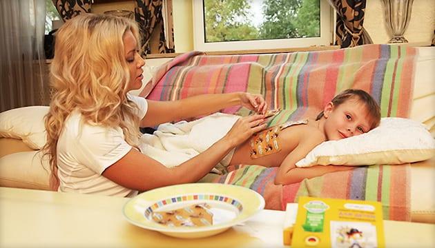 ребенку ставят горчичники