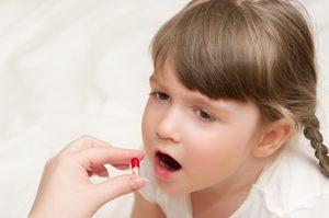 ребёнок пьёт таблетку