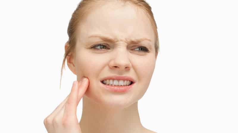Как снять боль в домашних условиях, если болит зуб под коронкой? Как избежать потери соседних зубов