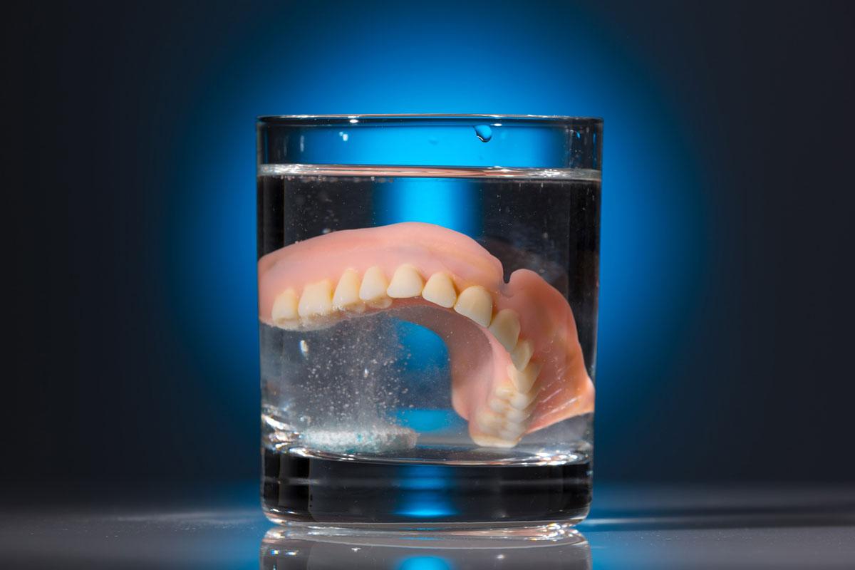 Как и чем чистить пластмассовые зубные протезы от темного налета в домашних условиях. Обзор средств