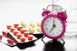 часы и блистеры с таблетками