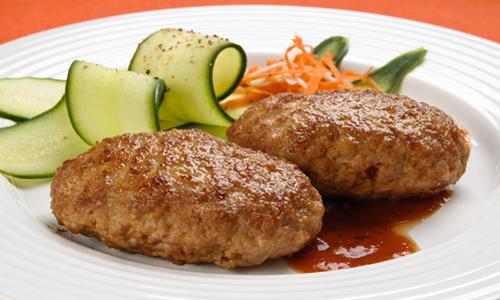 Диета при панкреонекрозе предполагает включение в состав меню тщательно измельченных продуктов питания, например котлеты