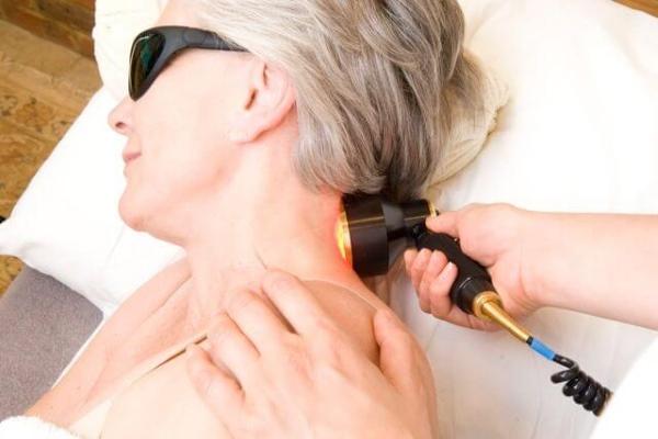 Сеанс лазеротерапии при шейном остеохондрозе