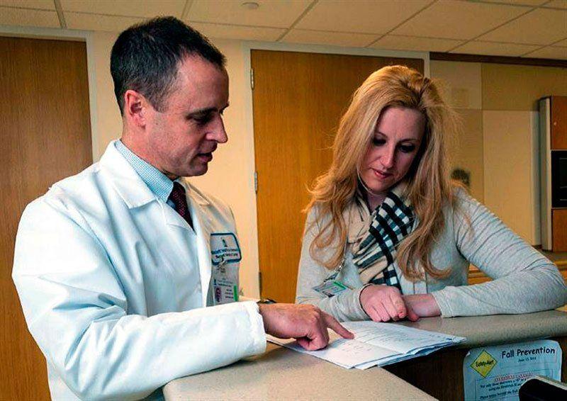 Мать ребенка консультируется с врачом