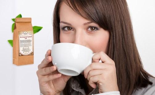 девушка пьёт монастырский чай из кружки