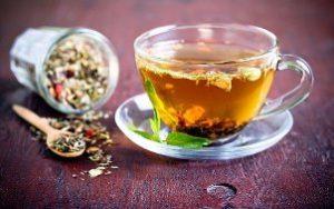 заваренный в кружке чай из трав