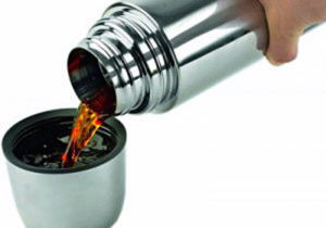 наливают чай из термоса