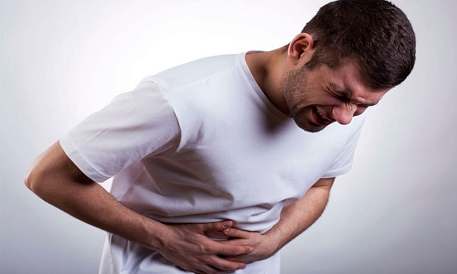 При острой форме панкреатита у взрослых болевая симптоматика постоянна